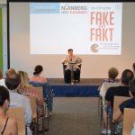 """Journalistin Ute Schaeffer bei ihrer Lesung und Diskussion im Bildungszentrum Nürnberg zu ihrem Buch """"Fake statt Fakt. Wie Bots, Populisten und Trolle die Demokratie angreifen."""" am 17. Juli 2018"""